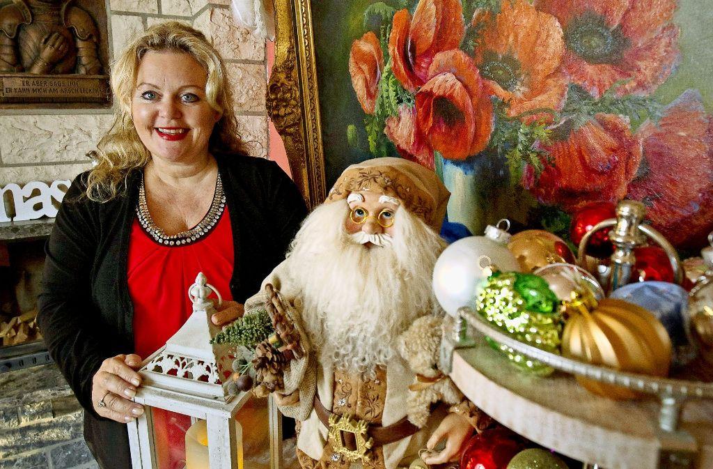 Fast wie eine Filmkulisse: Petra Durst-Benning in ihrer adventlich geschmückten Wohnung. Foto: Michael Steinert
