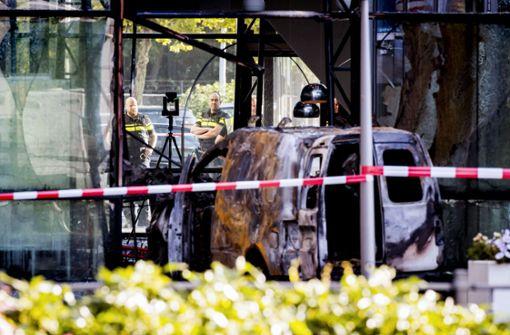 Lieferwagen in Zeitungsgebäude gesteuert