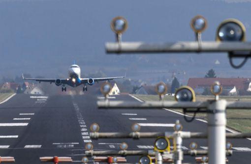 Flugzeug verliert Reifenteile