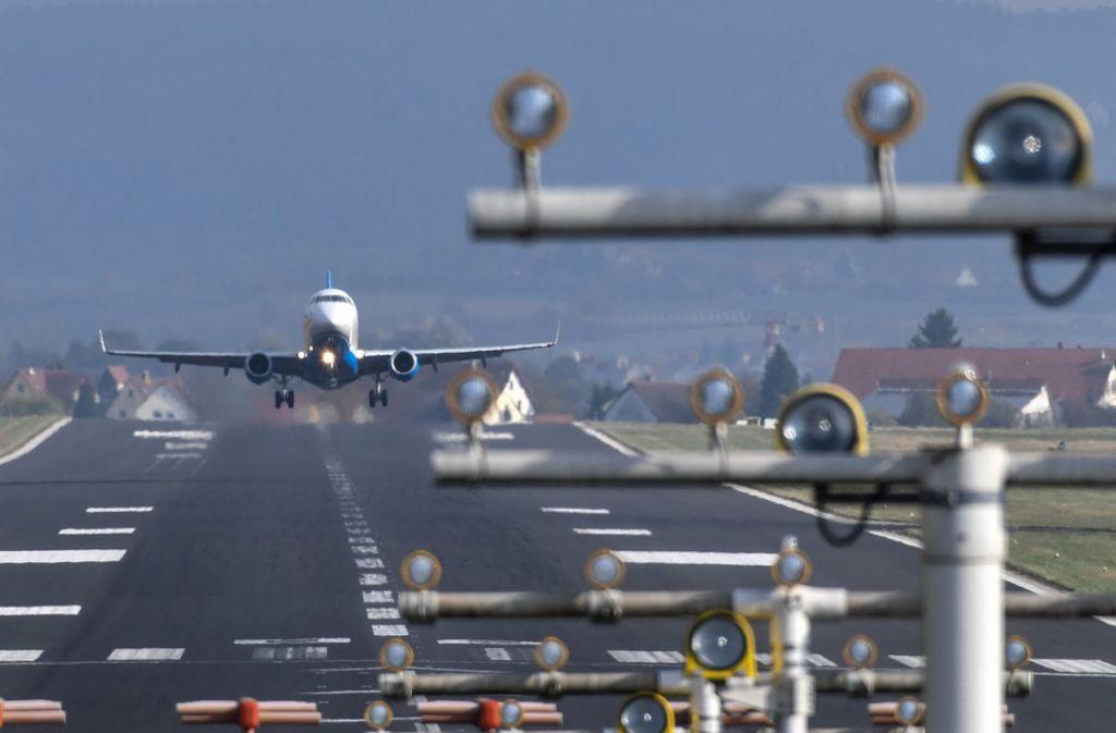 Ein Flugzeug auf der Start- und Landebahn des Bodensee-Airports. (Symbolbild) Foto: dpa/Felix Kästle