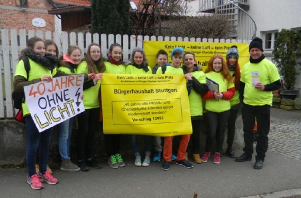 Die Achtklässler des Königin-Charlotte-Gymnasium haben 350 Unterschriften am Rand des Möhringer Wochenmarktes gesammelt. Weitere Aktionen sollen folgen. Foto: z/S. Hoppner