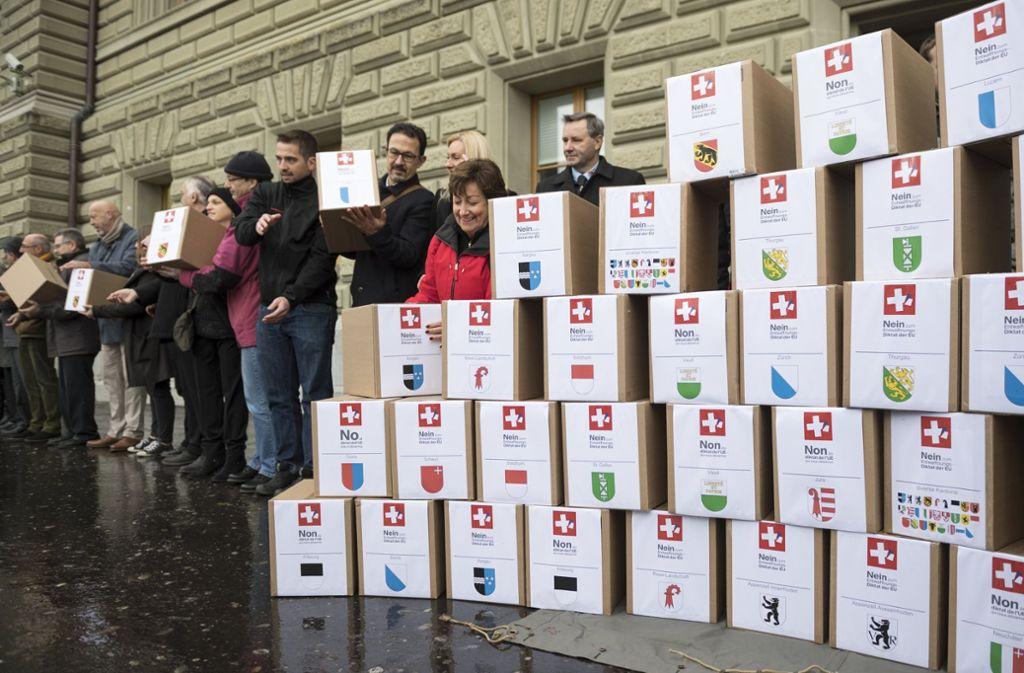 125000 beglaubigte Unterschriften – verpackt in Kartonschachteln – hat die Interessengemeinschaft Schießen Schweiz  dieser Tage bei der Schweizer Bundesregierung  in Bern vorgelegt, um ein Referendum über ein schärferes Waffenrecht zu initiieren. Foto: dpa