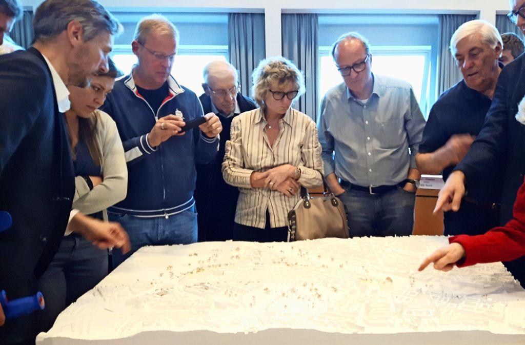 Die Bezirksbeiräte und Bürger begutachten die Entwürfe fürs neue Rosenstein-Viertel Foto: Eva Funke