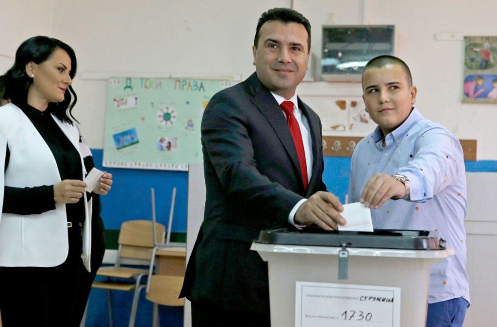 Der mazedonische Regierungschef Zoran Zaev  bei der Abstimmung. Foto: AP