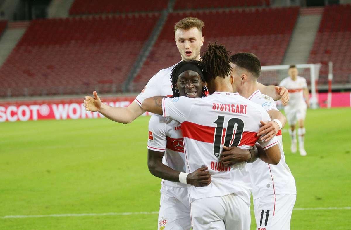 Der VfB Stuttgart beim Torjubel: überragend dabei Stürmer Sasa Kalajdzic, aber auch die Mittelfeldspieler Tanguy Coulibaly, Daniel Didavi und Erik Thommy (von links) haben Grund zur Freude. Foto: Baumann