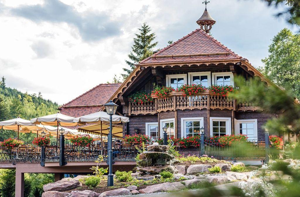 Baiersbronn – Der Forellenhof Buhlbach:Nicht mal eine Stunde von architare in Nagold entfernt: Der Forellenhof Buhlbach liegt mitten in einem Landschaftsschutzgebiet am Rande des Schwarzwalds und ist eigentlich schon allein wegen der idyllischen Lage einen Ausflug wert. Doch der zauberhafte Landgasthof, der zum nahe gelegenen 5-Sterne-Hotel Bareiss gehört, bietet auch jede Menge lukullische Genüsse...  Foto: Hotel Bareiss