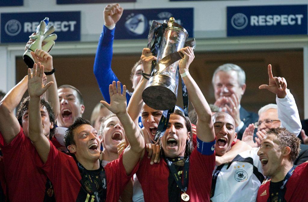 Kapitän Sami Khedira reckt den Pott in die Höhe. Das deutsche Team hatte 2009 England im Finale 4:0 bezwungen. Foto: dpa