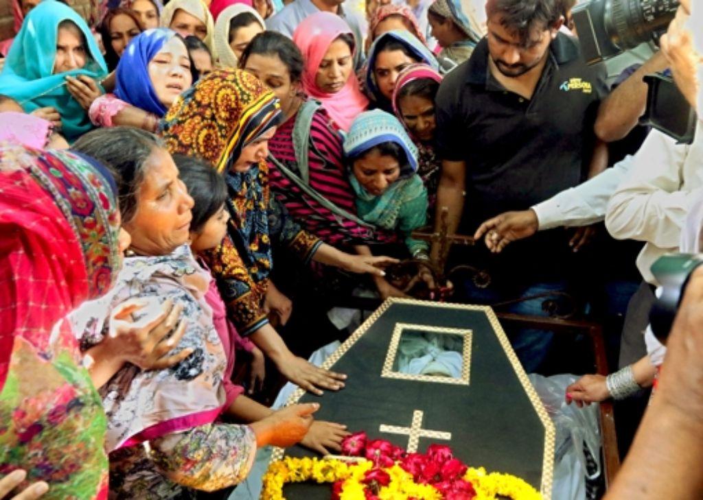 Nach dem  blutigen Anschlag in Lahore sind am Montag die ersten  Opfer beerdigt worden. Foto: dpa