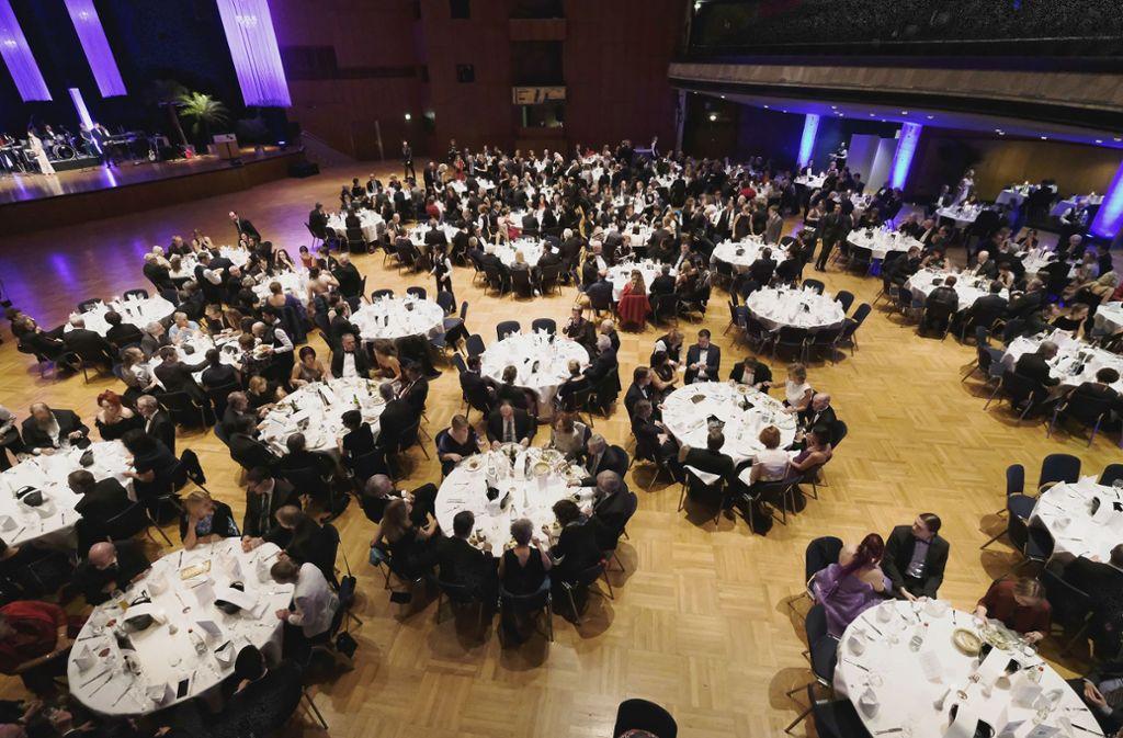 Die Gäste sitzen an runden Tischen in der Liederhalle... Foto: Lichtgut/Michael Latz