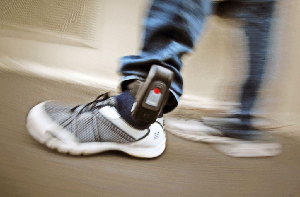 Bis auf wenige Meter genau können die Mitarbeiter der Überwachungsstelle die Fußfesselträger bei Bedarf lokalisieren. Die Geräte sind mit Plastikbändern am Gelenk befestigt. Foto: dpa