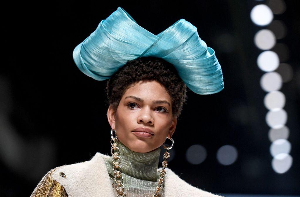 """Einen ungewöhnlichen Kopfschmuck trägt dieses Model bei der """"Fashion Talents from South Africa""""-Show. Foto: dpa/Britta Pedersen"""