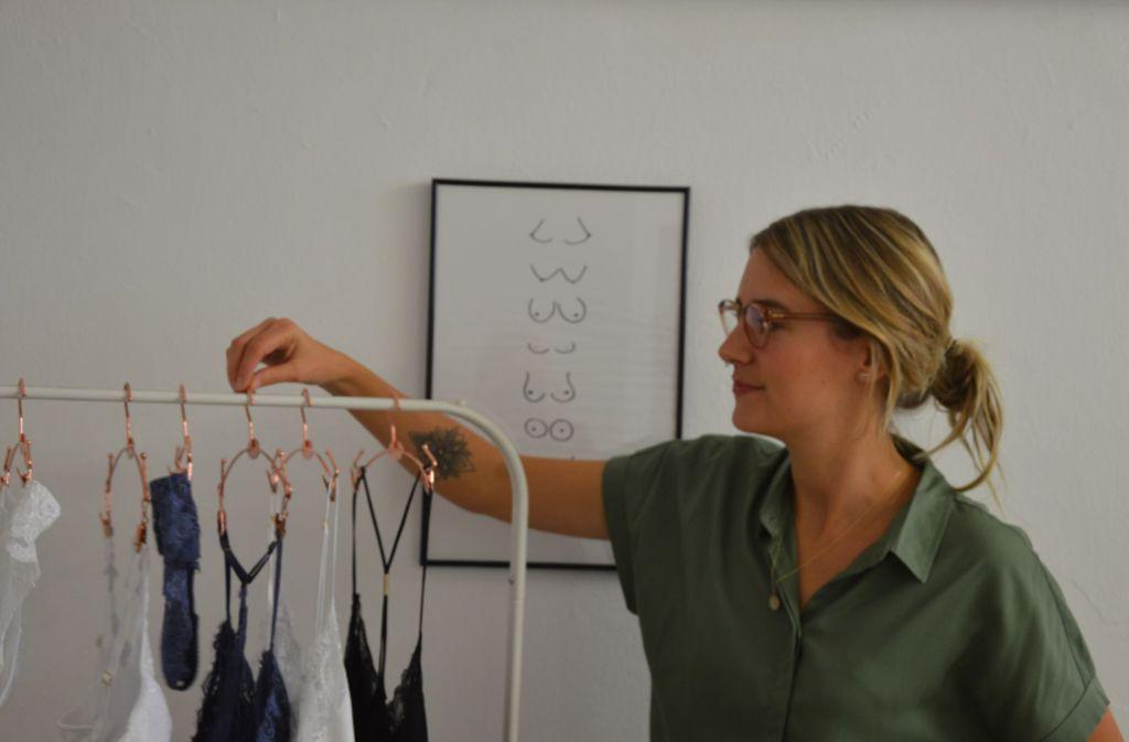 Gründerin Corinna Borucki präsentiert Dessous aus einem ungewöhnlichen Material. Foto: Susanne Roeder