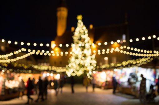 Betrunkener fährt in Weihnachtsmarktstand - und trinkt weiter