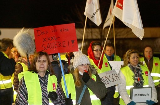 Ausgesperrte Mitarbeiter protestieren