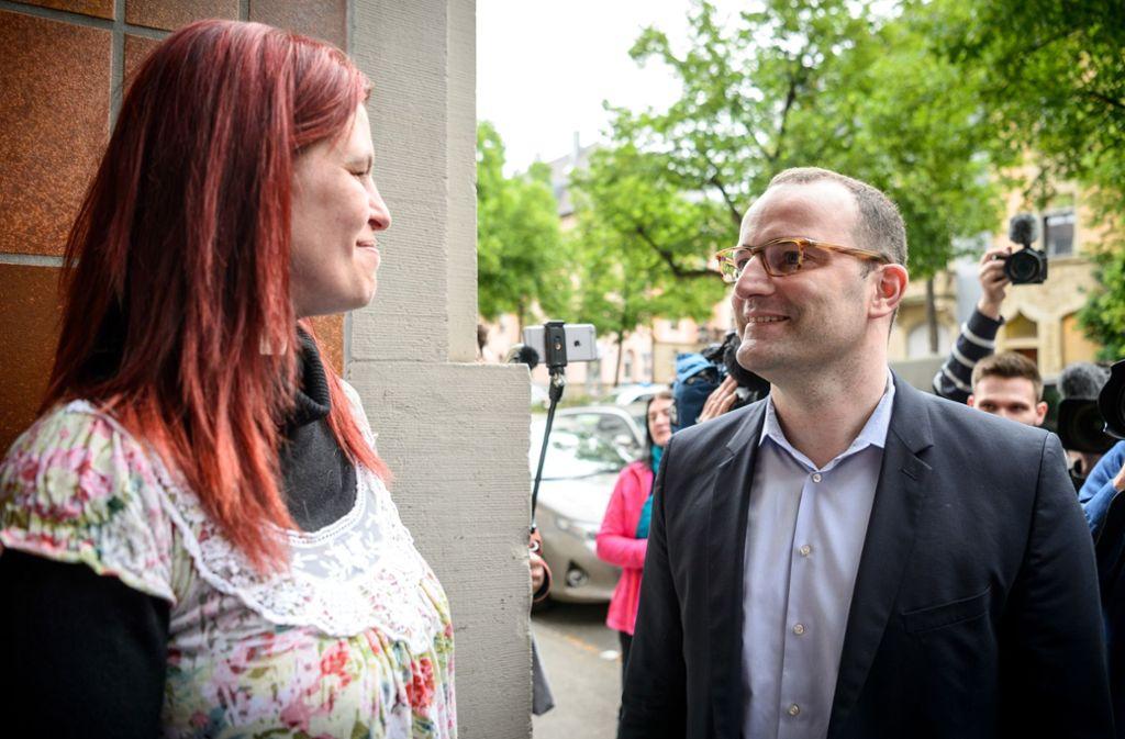 Sandra Schlensog und Jens Spahn haben eine Stunde lang gesprochen. Die Arbeitslose hat Spahn für seine Aussage über Hartz IV kritisiert. Foto: dpa