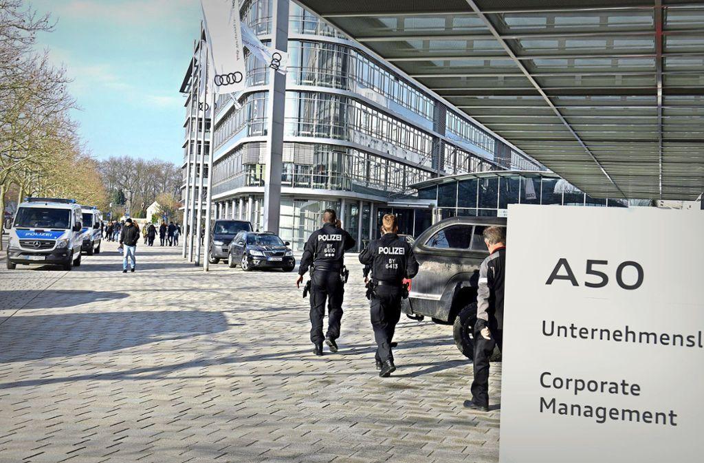 Polizeifahrzeuge stehen vor der Konzernzentrale des Autoherstellers in Ingolstadt. Foto: dpa