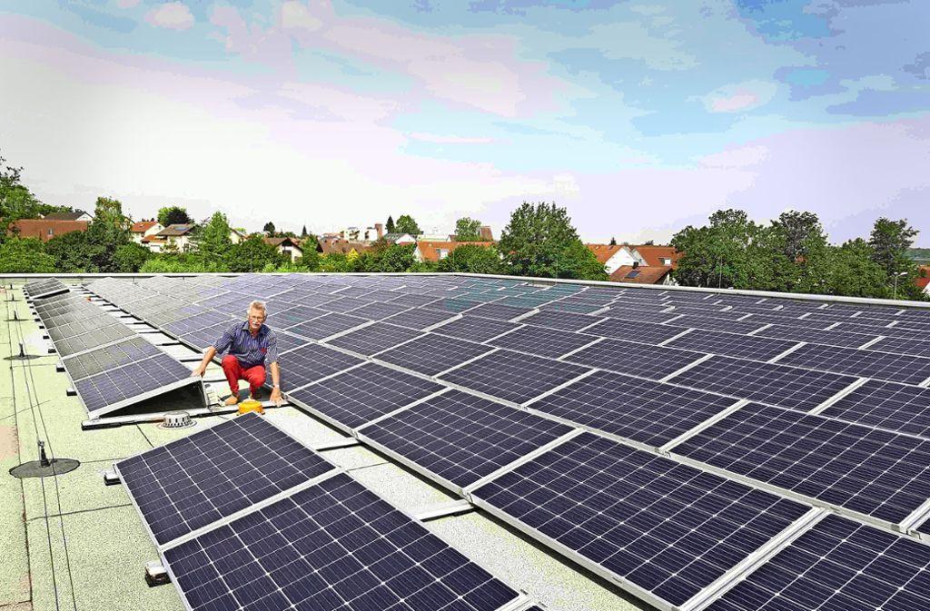 Dieter Nemec auf dem Dach der Technotherm-Halle, das von der Bürgerenergiegenossenschaft genutzt wird. Foto: privat