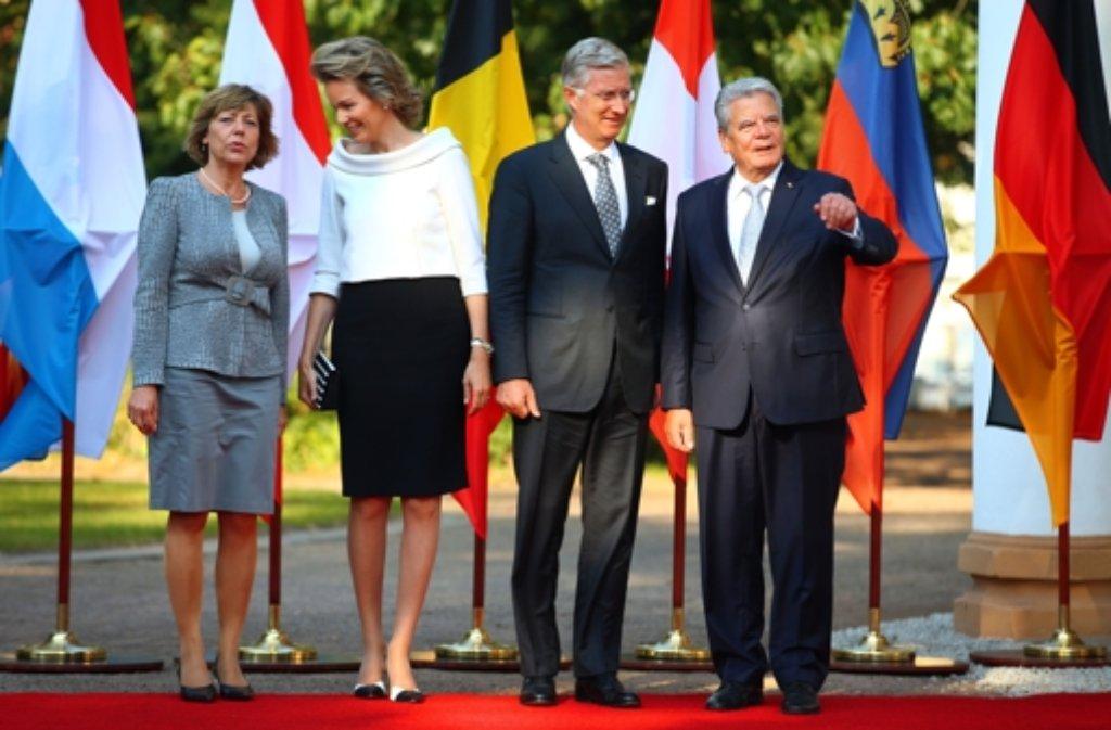Bundespräsident Joachim Gauck (rechts) und seine Lebensgefährtin Daniela Schadt (links) mit dem belgischen Königspaar Mathilde und Philippe Foto: dpa