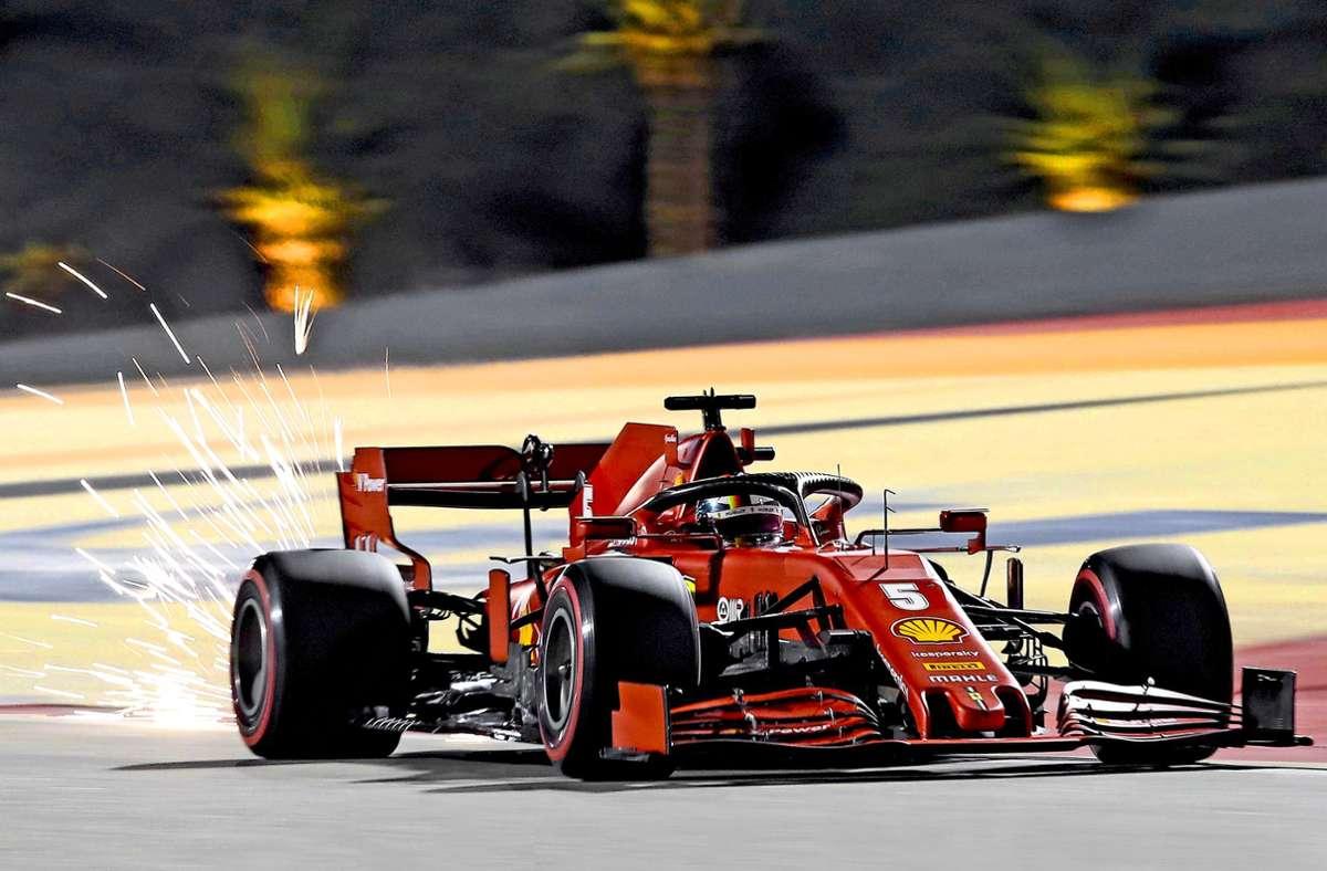 Sebastian Vettels roter Renner schlägt Funken – ein kleines Feuerwerk zum Abschied? Foto: AFP/Tolga Bozoglu Foto: