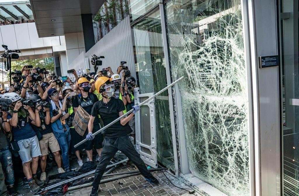 Demonstranten haben die Scheiben des Parlaments eingeschlagen und das Gebäude gestürmt. Foto: Getty Images