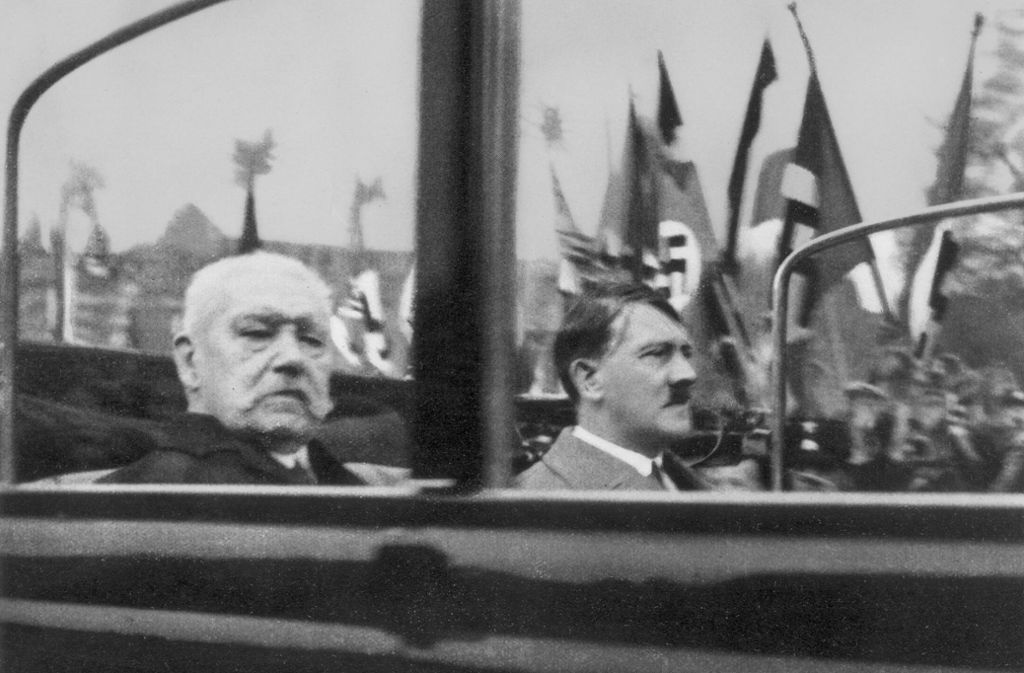 Paul von Hindenburg (links) und Adolf Hitler auf einer Mai-Kundgebung 1933. Foto: akg-Images