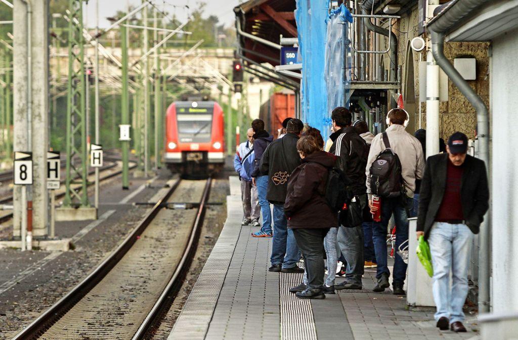 Dass der Bahnhof trotz des reduzierten Einsatzes der Hesse-Bahn bis Renningen umgebaut werden soll, ruft bei vielen Kopfschütteln hervor. Foto: factum/Jürgen Bach