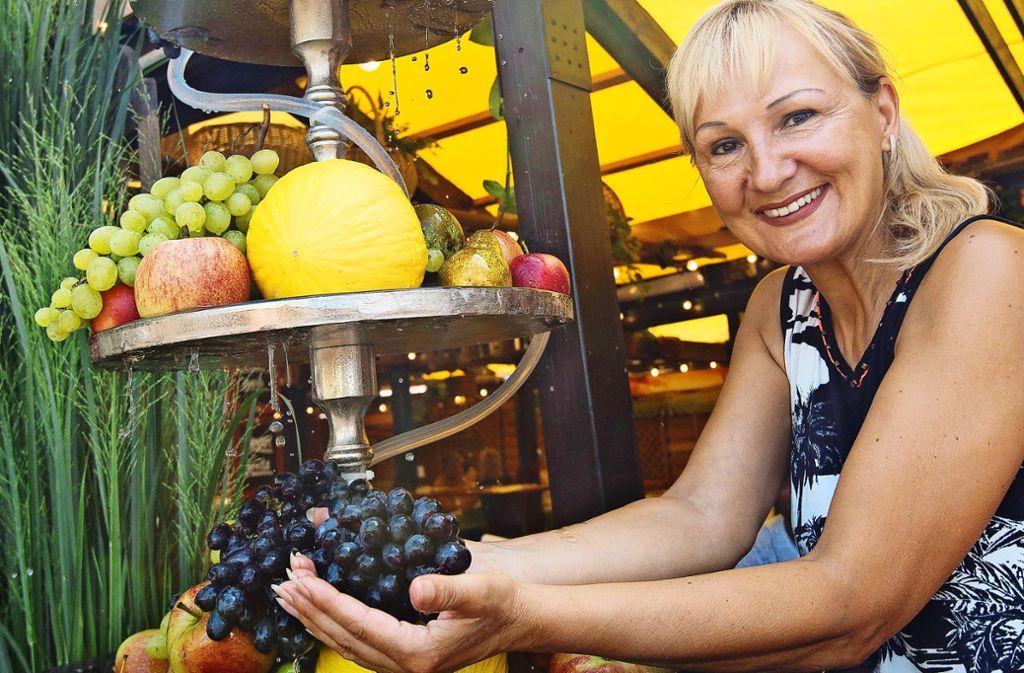 Inge Putler  hat  ihre Laube  (Inge's Rathauslaube) mit einem hübschen Etagenbrunnen voller appetitlicher Früchte dekoriert. Foto: Lichtgut/Leif Piechowski