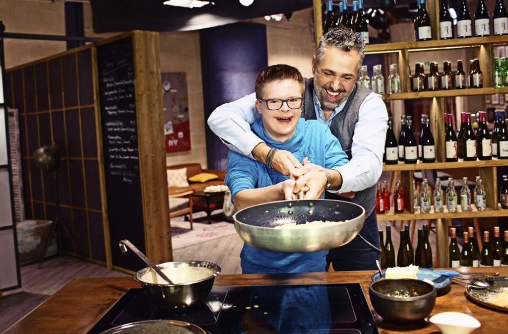 Roland Trettl bereitet mit  Tim  Palatschinken zu. Foto: Conny Wenk (z)