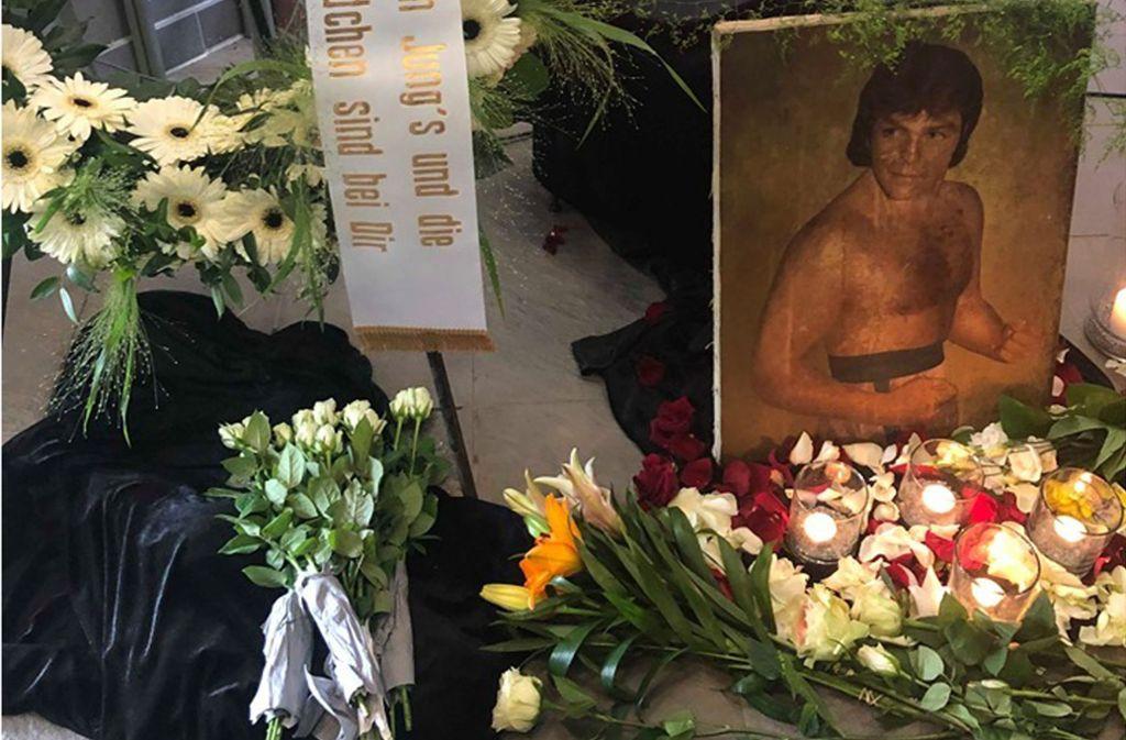 """""""Die guten Jungs und die bösen Mädchen sind bei dir"""" steht auf einem Kranz für den früheren Boxer Claus """"Attila"""" Parge, der im Alter von 68 Jahren gestorben ist. Foto: ubo"""