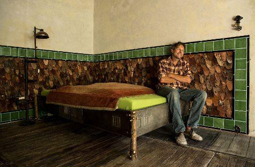 Ungehobeltes Holz  bringt Kontraste ins Heim