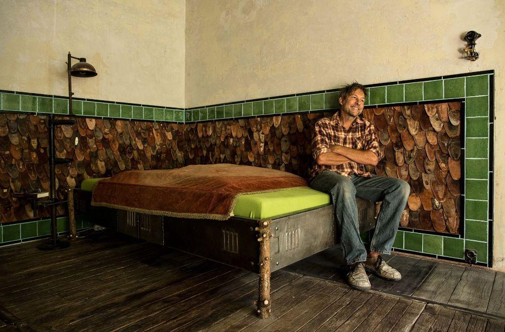 xJohannes Schneck verwandelt Fundstücke in   ungewöhnliche Möbel. Foto: Lichtgut/Leif Piechowski