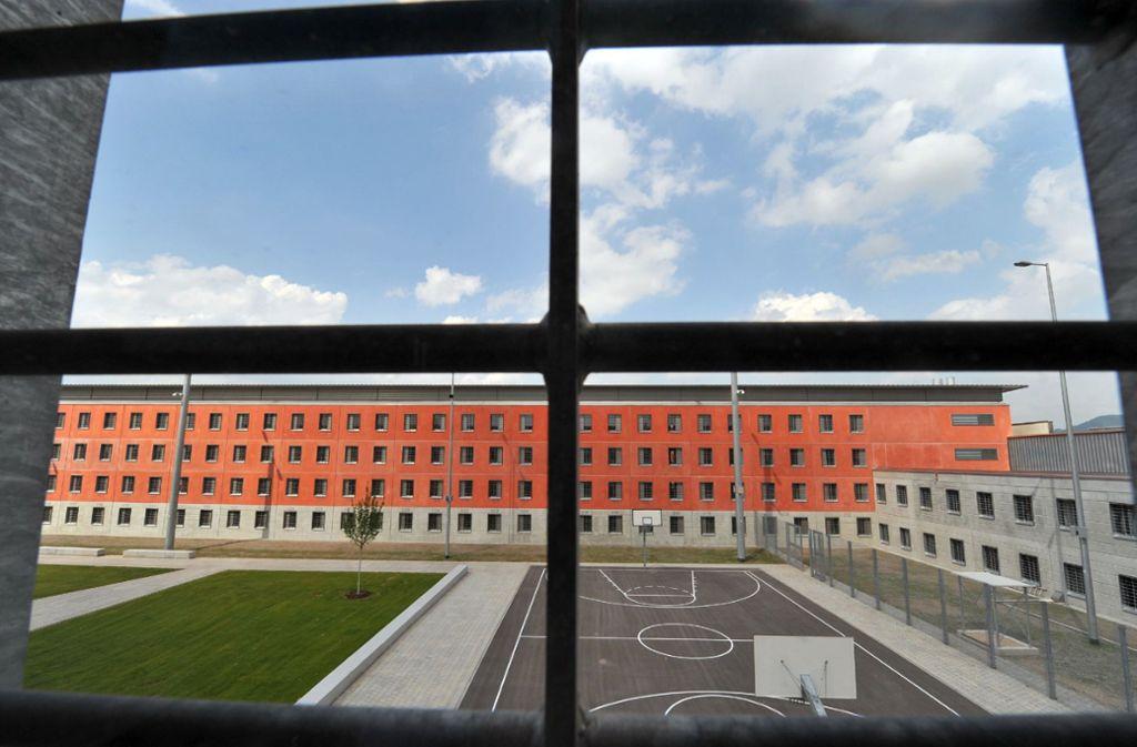 In diesem Offenburger Gefängnis hat sich ein  Anwalt in der Untersuchungshaft umgebracht. Die Polizei hat nun Hintergründe des Falls bekannt gegeben, in dem er verdächtigt wurde. Foto: dpa/Patrick Seeger