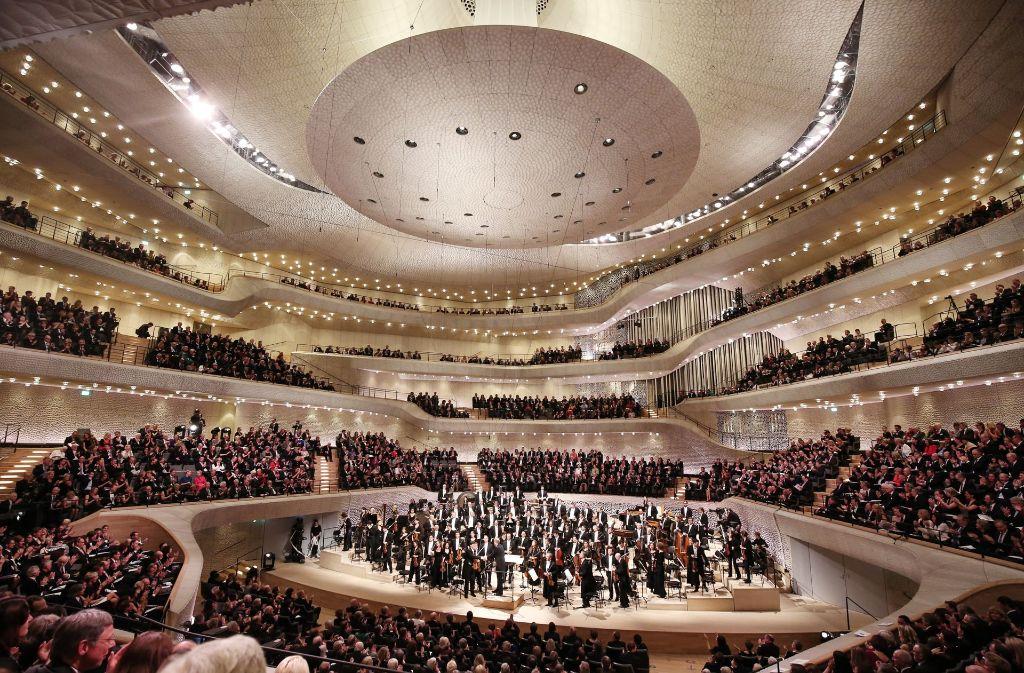 Seit der Saison 2015/16 sind die Besucherzahlen in Elbphilharmonie und Laeiszhalle um das Dreifache gestiegen. In unserer Bildergalerie zeigen wir weitere Impressionen des Hamburger Wahrzeichens. Klicken Sie sich durch. Foto: dpa