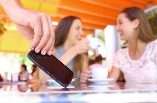 Trickdiebin stiehlt hochwertiges Smartphone – Zeugen gesucht