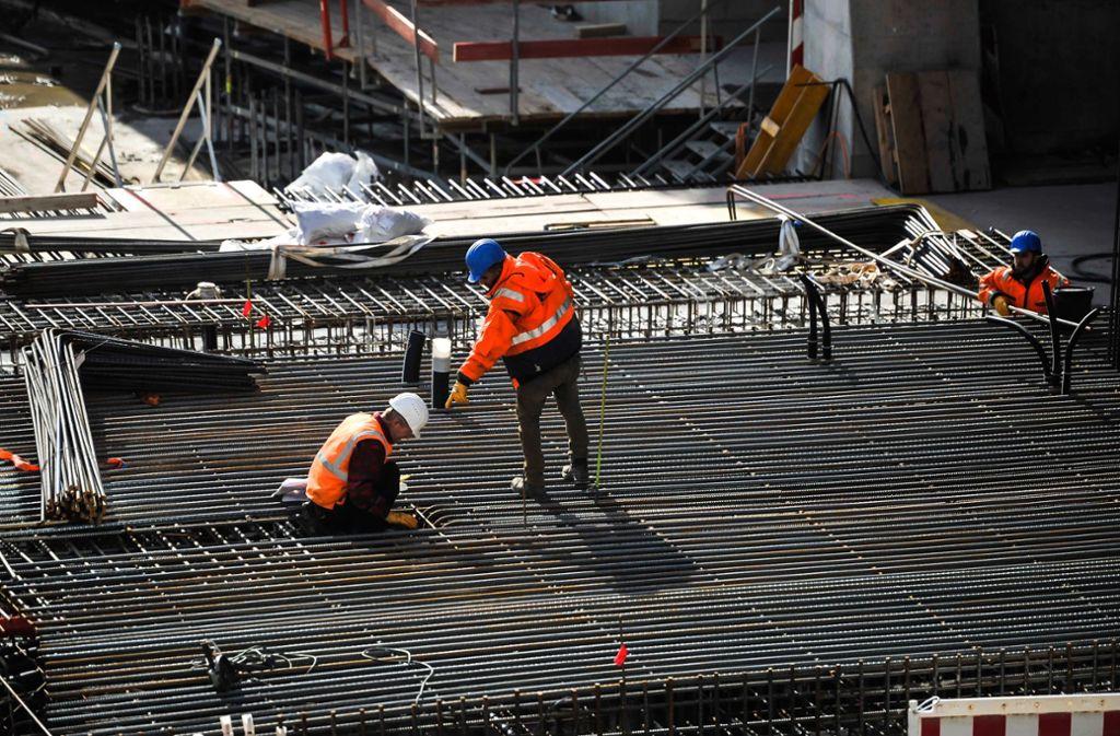 Auch auf Baustelle für Stuttgart 21 kommen sich die Arbeiter sehr nahe. Das Risiko für eine Ausbreitung des Coronavirus steigt daher. Foto: Lichtgut/Max Kovalenko