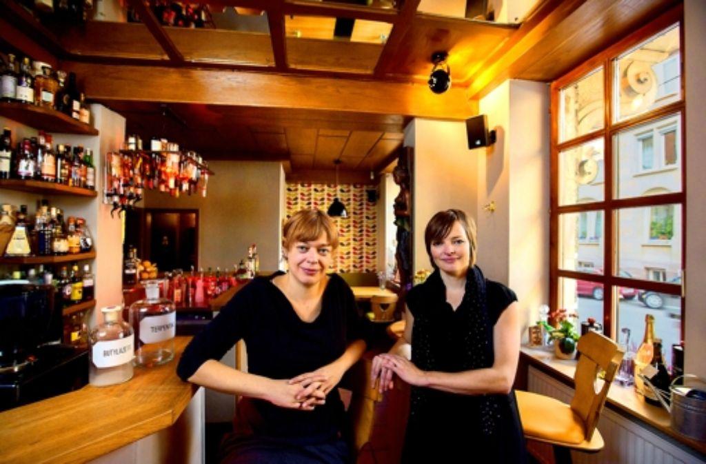 Können Kneipe, aber auch kochen: Renate Kuhn (li.) und Frauke Härtel. Foto: Michael Steinert