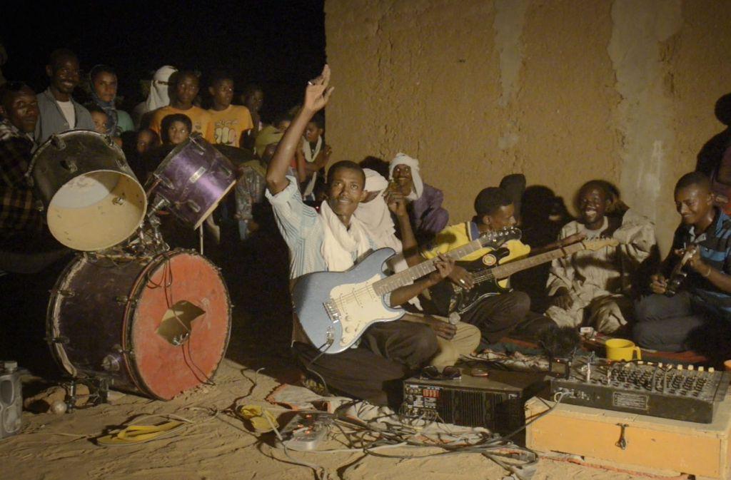 """Rock'n'Roll wird in Westafrika unter prekären Bedingungen gemacht – aber im Film """"A Story of Sahel Sounds"""" geht es um die Musik und nicht um die Umstände. Weitere Eindrücke zeigt die Bilderstrecke. Foto: Neopan Kollektiv"""