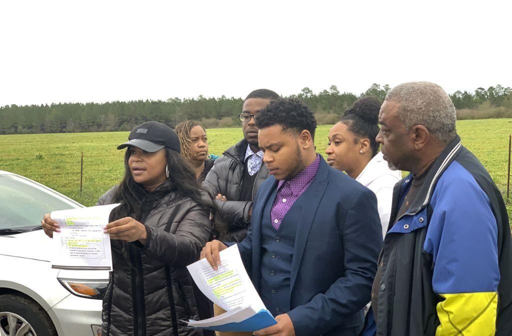 Angehörige des Hingerichteten vor dem Gefängnis in Alabama. Foto: AP/Kimberly Chandler