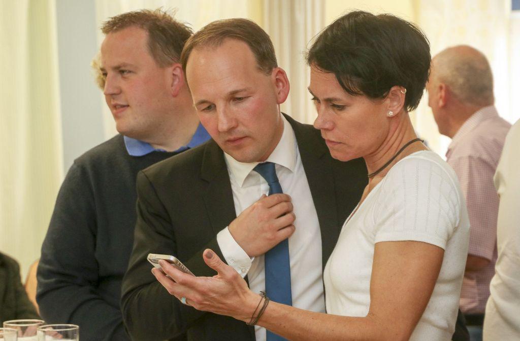 Marc Biadacz (Mitte) mit seiner Ehefrau Tine Stierle: Der neue CDU-Bundestagsabgeordnete ist vom Wahlausgang auf Bundesebene sichtlich enttäuscht. Foto: factum/Granville