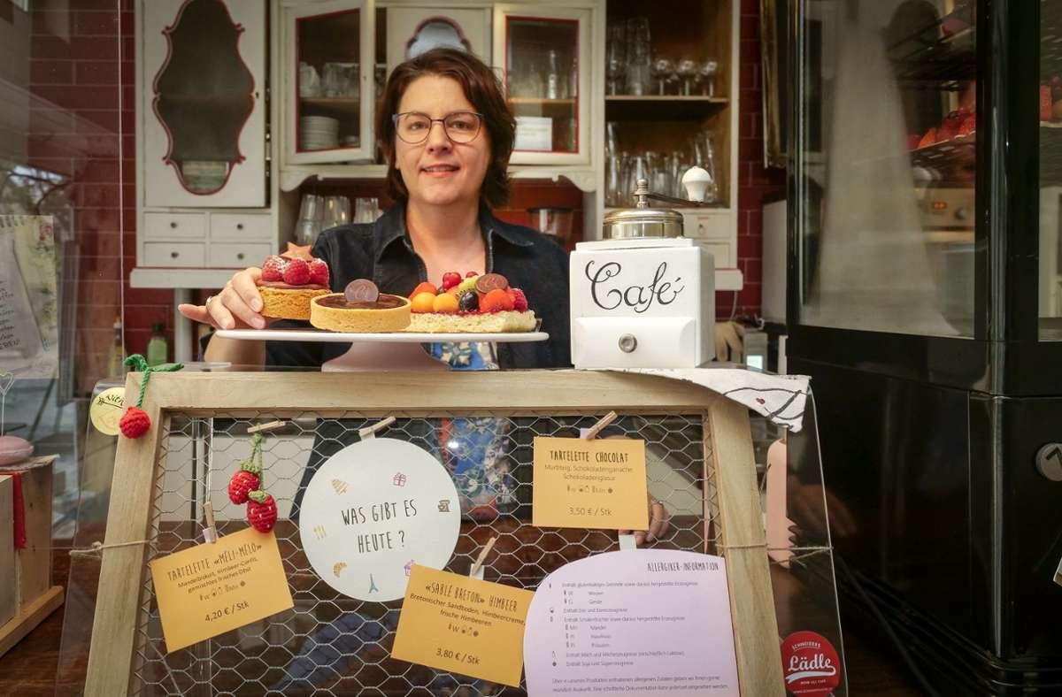Eine süße Welt: Christine Flores in ihrem Café in Magstadt, das sie sich mit Schneiders Lädle teilt. Foto: factum/Simon Granville
