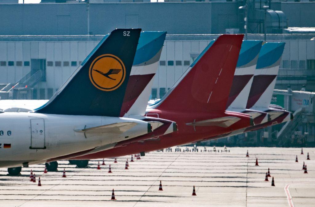 Flugzeuge von Lufthansa, Germanwings und Eurowings sind auf dem Vorfeld des Düsseldorfer Flughafens abgestellt. Foto: dpa
