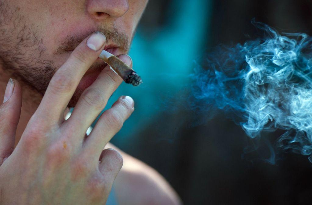 Die Polizisten fanden bei dem jungen Mann eine kleine Menge Marihuana im Auto (Symbolbild). Foto: dpa