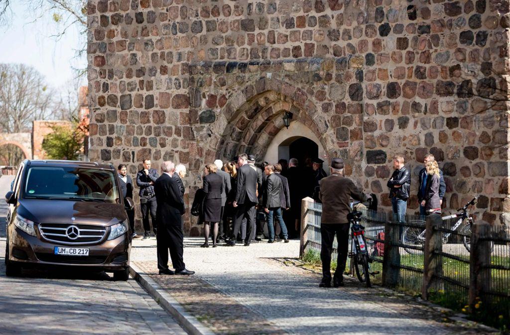 Die Trauergäste treffen vor der Kirche in Templin ein. Foto: dpa