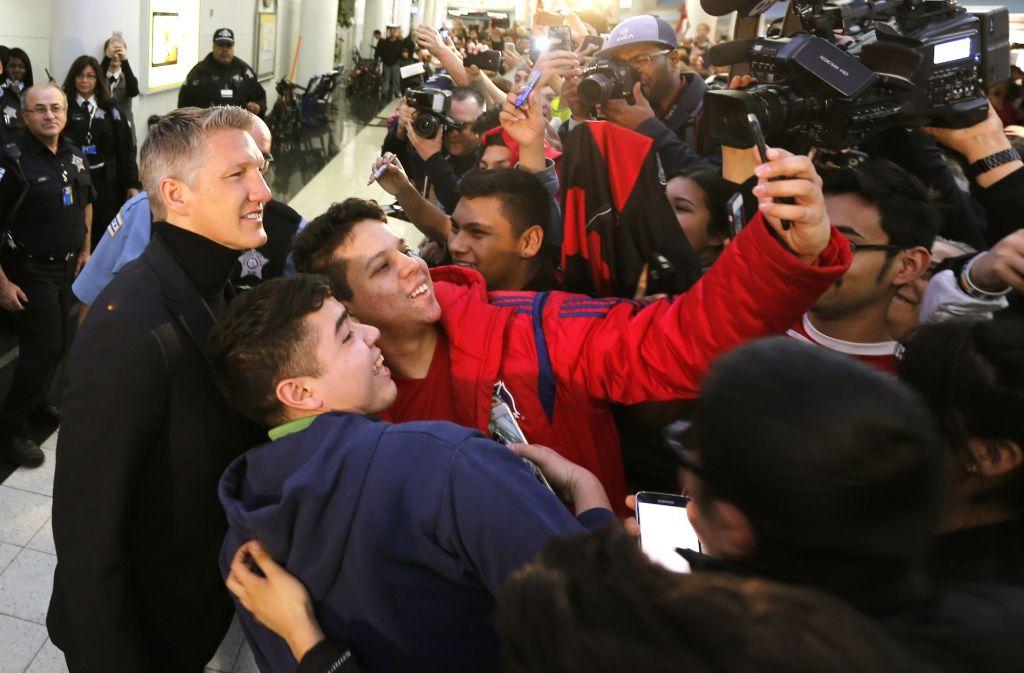 Die Fans von Chicago Fire empfangen Weltmeister Bastian Schweinsteiger am Flughafen. Foto: AP