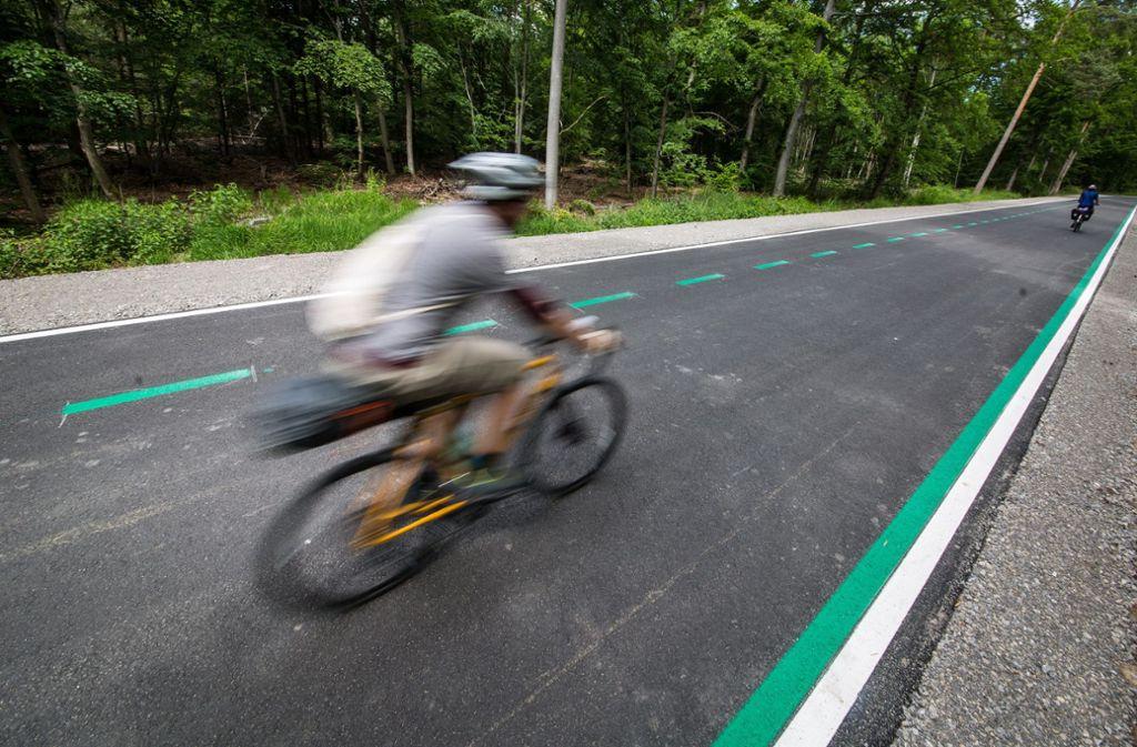 Zwischen Böblingen/Sindelfingen und Stuttgart ist im Mai der erste Radschnellweg im Südwesten eröffnet worden. Foto: dpa/Christoph Schmidt
