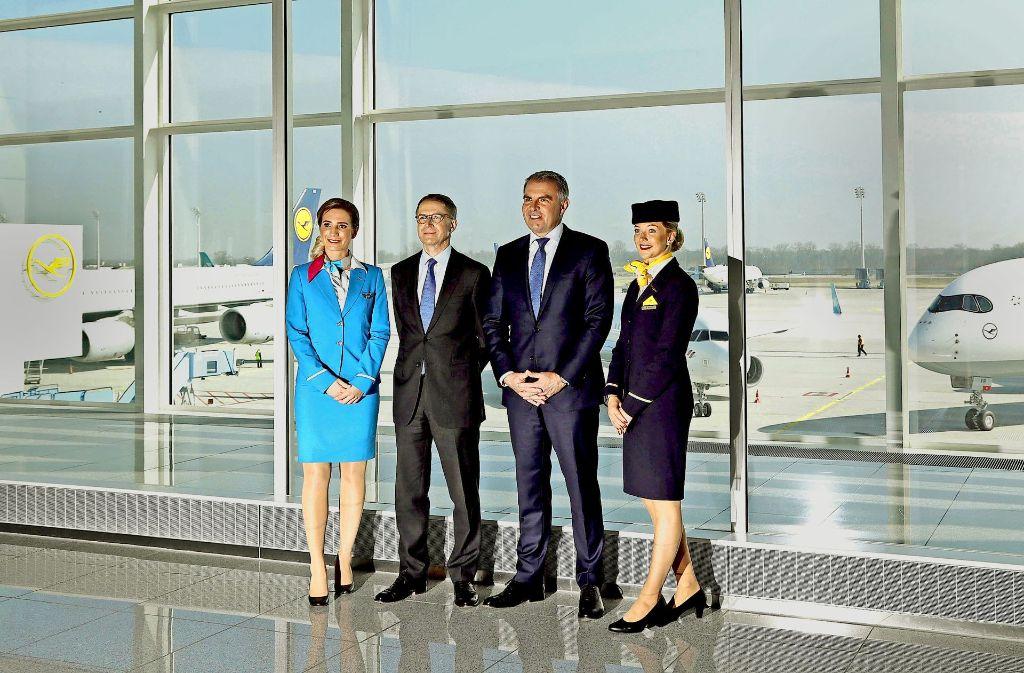 Zur  Jahrespressekonferenz  posieren Lufthansa-Chef Carsten Spohr (2. v. r.) und Finanzchef  Ulrik Svensson mit Mitarbeiterinnen vor Fotografen. Foto: AP