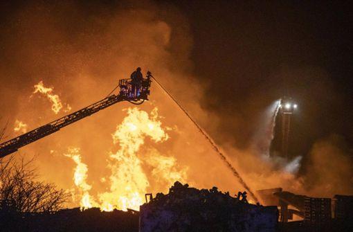 Feuer zerstört Holzplattenfirma – Schaden geht in die Millionen