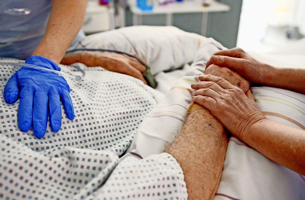 Die Patientenverfügung greift erst, wenn man wirklich im Sterben liegt und der baldige Tod unausweichlich ist. Foto: dpa