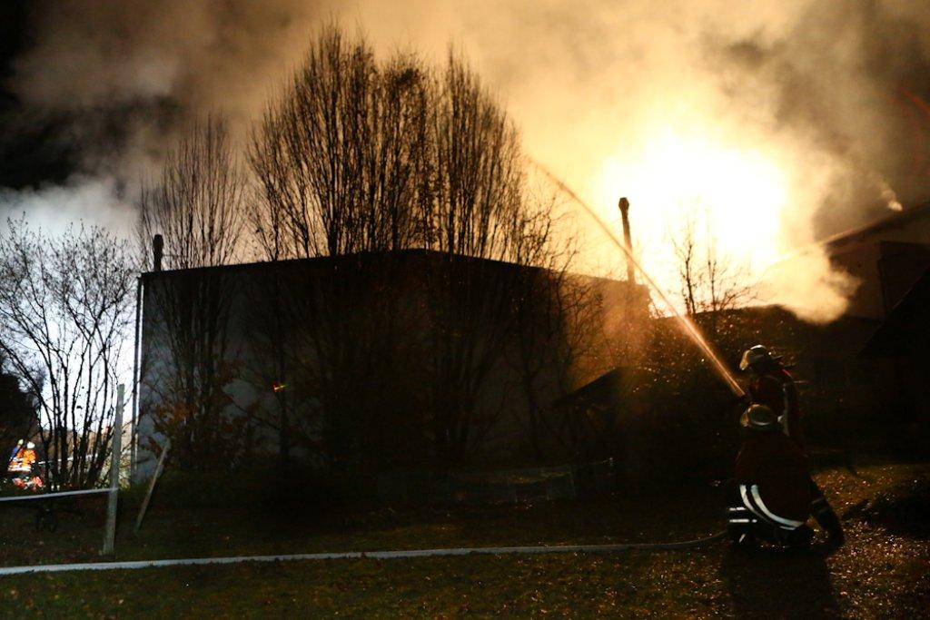 Zu einem Großbrand in einer Lagerhalle in Backnang ist es in der Nacht zum Samstag gekommen. Der Sachschaden beläuft sich ersten Schätzungen zufolge auf rund zwei Millionen Euro. Foto: Benjamin Beytekin