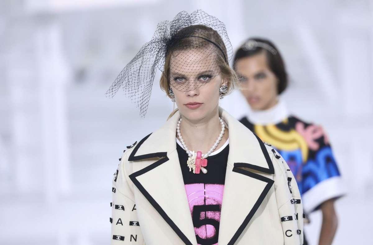 Kombiniert mit Schmuck und Schleier-Haarschmuck erinnerten die Chanel-Looks an den Stil einer Hollywood-Diva. Foto: dpa/Vianney Le Caer